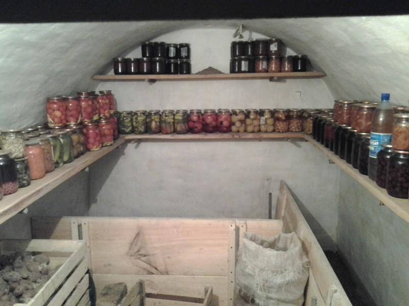 Овощи и фрукты для киевлян консервирует наемная работница. Банки хранятся в погребе, который уже приведен в порядок деревня, технологии