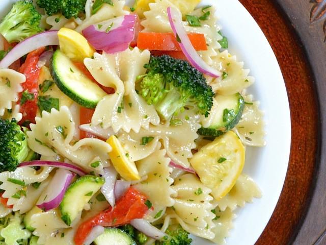 9. Салат из свежих овощей и пасты паста, рецепт