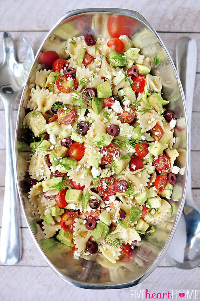 7. Салат из пасты, помидоров, авокадо, маслин и сыра фета паста, рецепт