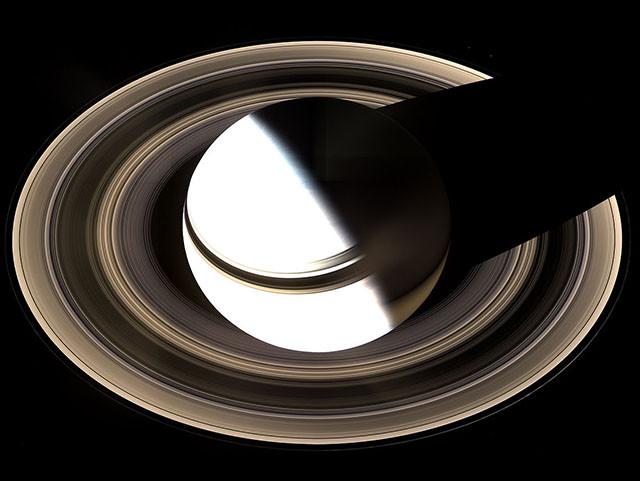 На этом снимке Сатурн переэкспонировали, чтобы выявить детали в его кольцах. кассини, космос, мир, сатурн