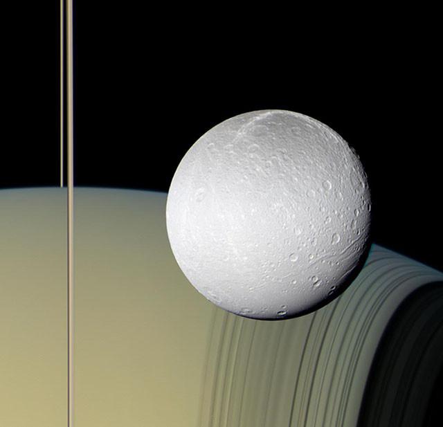 Сатурн, его кольца и естественный спутник Диона. кассини, космос, мир, сатурн