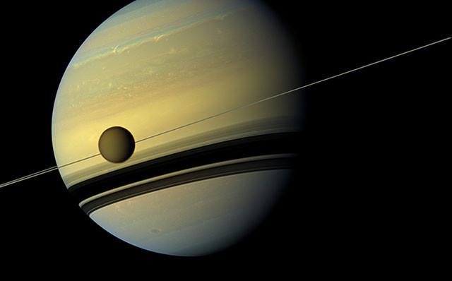 Сатурн и его крупнейший спутник Титан. кассини, космос, мир, сатурн
