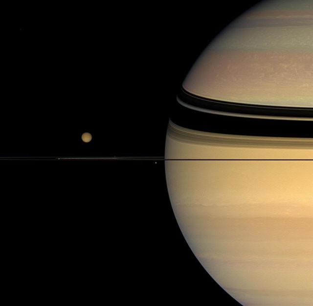 Четыре спутника вокруг колец Сатурна. кассини, космос, мир, сатурн