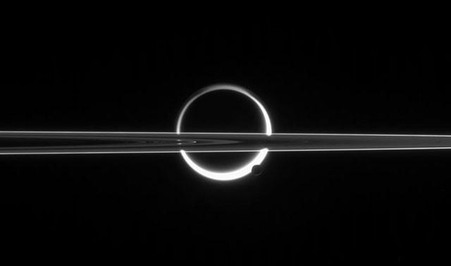 Кольца Сатурна, пересекающие Титан, недалеко от южного полюса которого виднеется Энцелад. кассини, космос, мир, сатурн