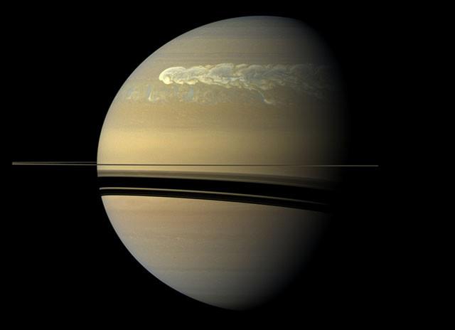 Сильный шторм, растянувшийся по поверхности планеты. кассини, космос, мир, сатурн