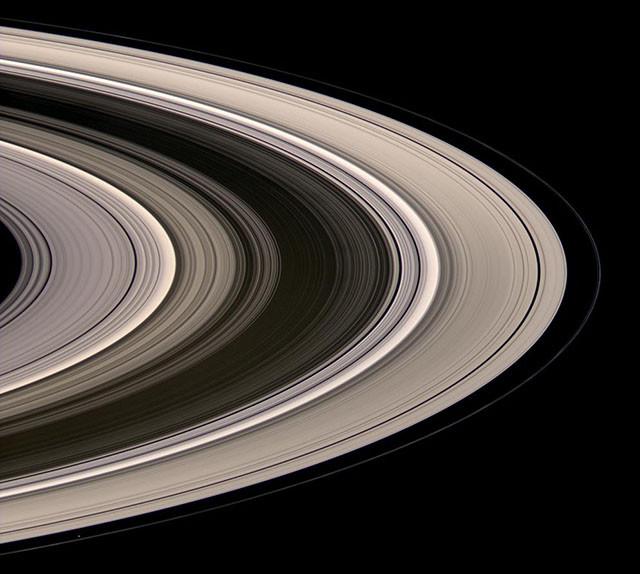 Кольца Сатурна, светящиеся в рассеянном солнечном свете. кассини, космос, мир, сатурн