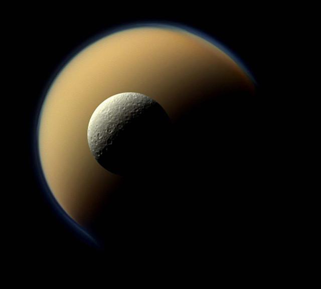 Спутник Сатурна Рея перед другим, самым крупным его спутником – Титаном. кассини, космос, мир, сатурн